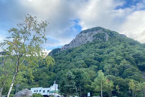 山々は青々とした色で紅葉は遠そうです